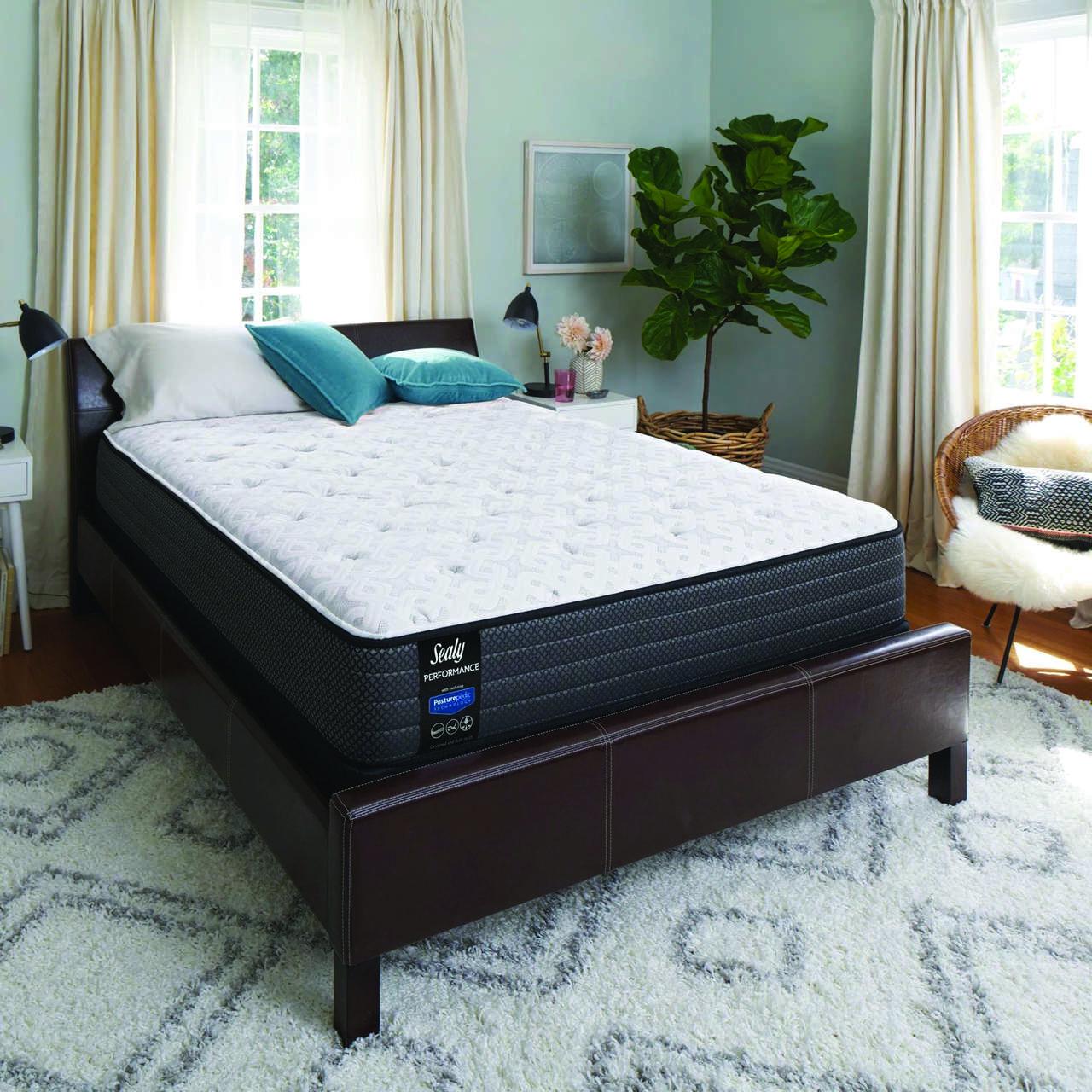 Materac Selay Energy na łóżku stojącym w sypialni pod oknem